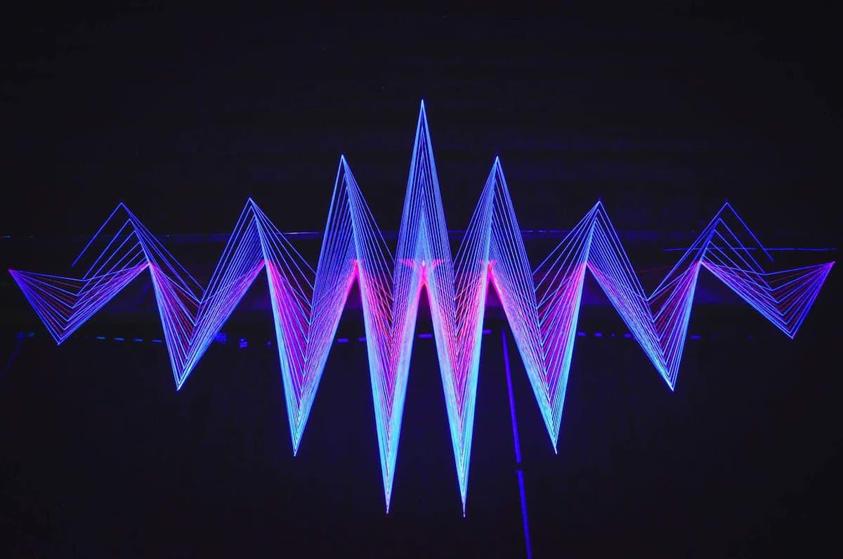 Decode The Code - Installation mit ultraviolettem Licht